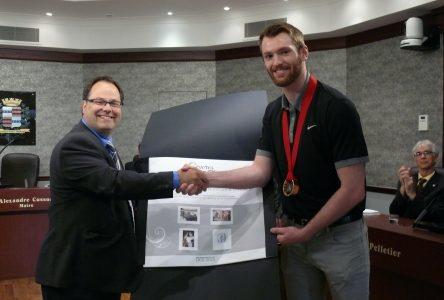Médaillé d'or, Sean Couturier honoré par le maire Cusson