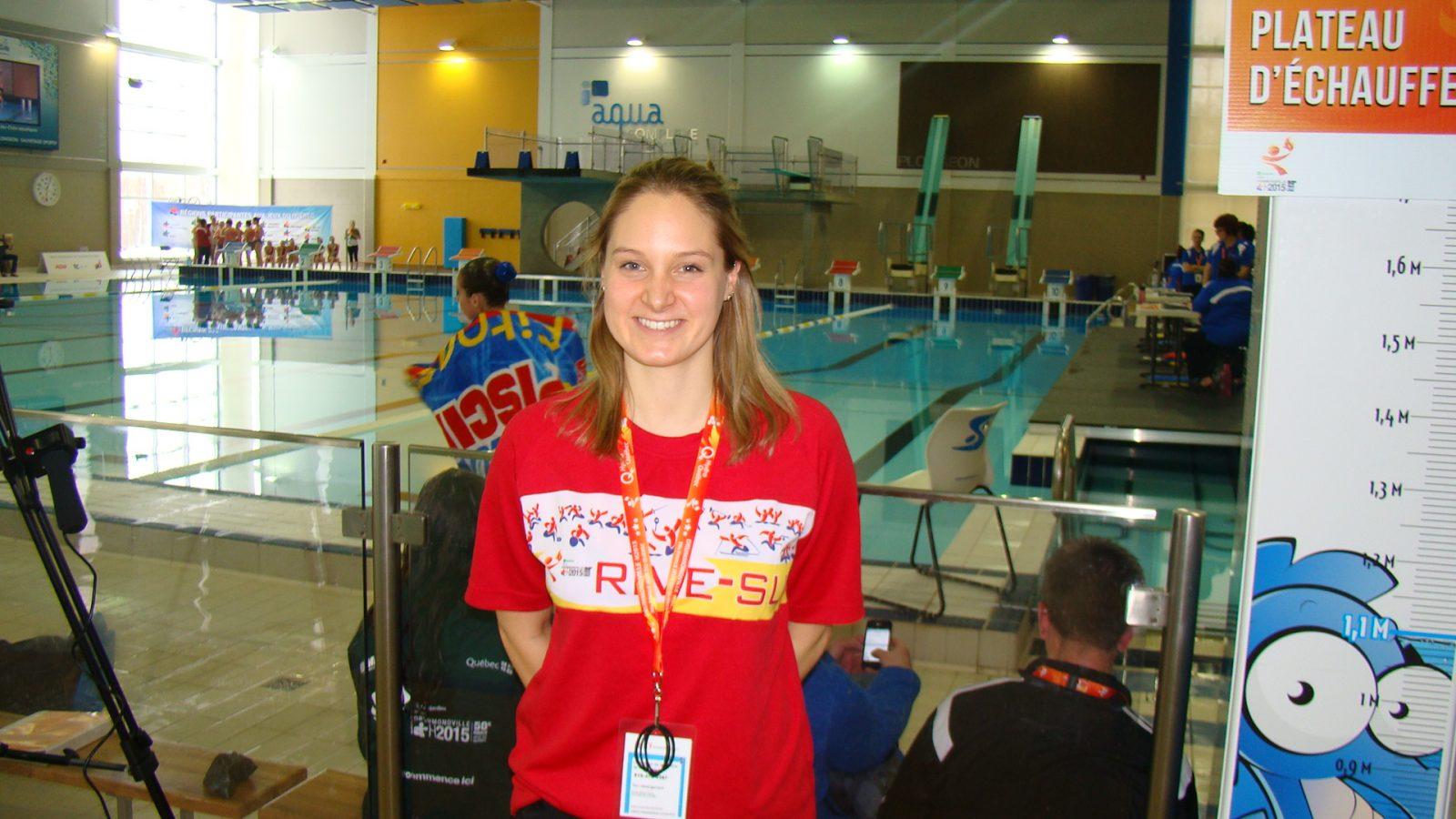 Une ancienne athlète olympique sur le bord de la piscine