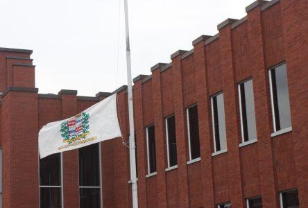 La Ville met son drapeau en berne