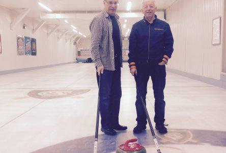Deux mordus de curling donnent la piqûre aux jeunes