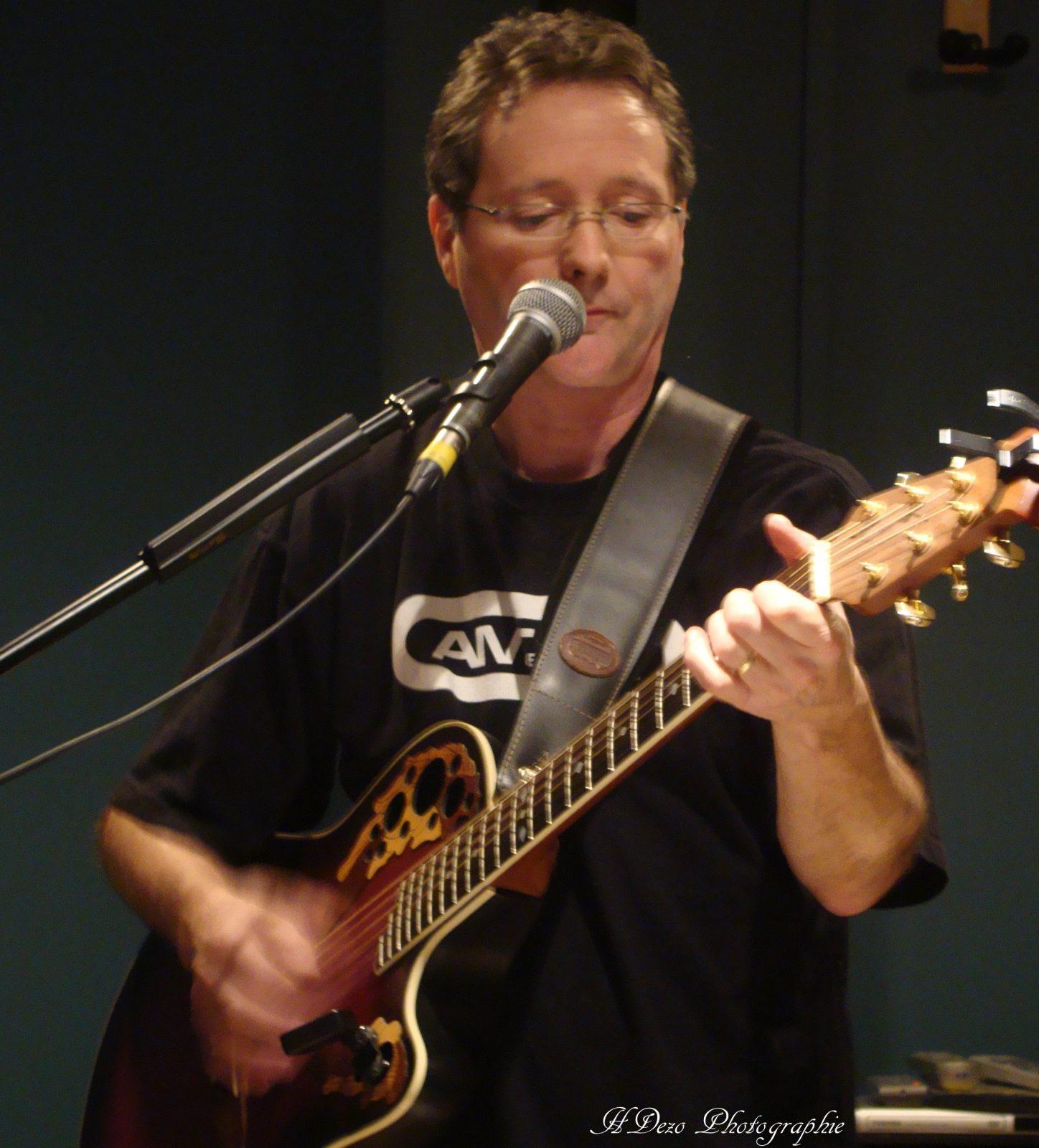 Jocelyn Hébert trimbalera sa guitare au Looba Café le 20 février