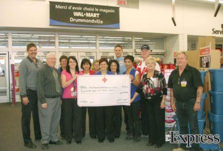 Wal-Mart Drummondville recueille 9933 $ au profit de la Croix-Rouge