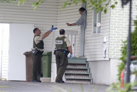 Un homme barricadé se rend aux policiers