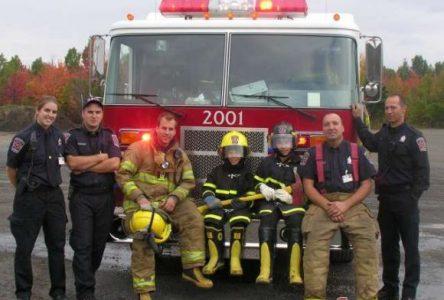 Deux jeunes goûtent aux joies d'être pompier