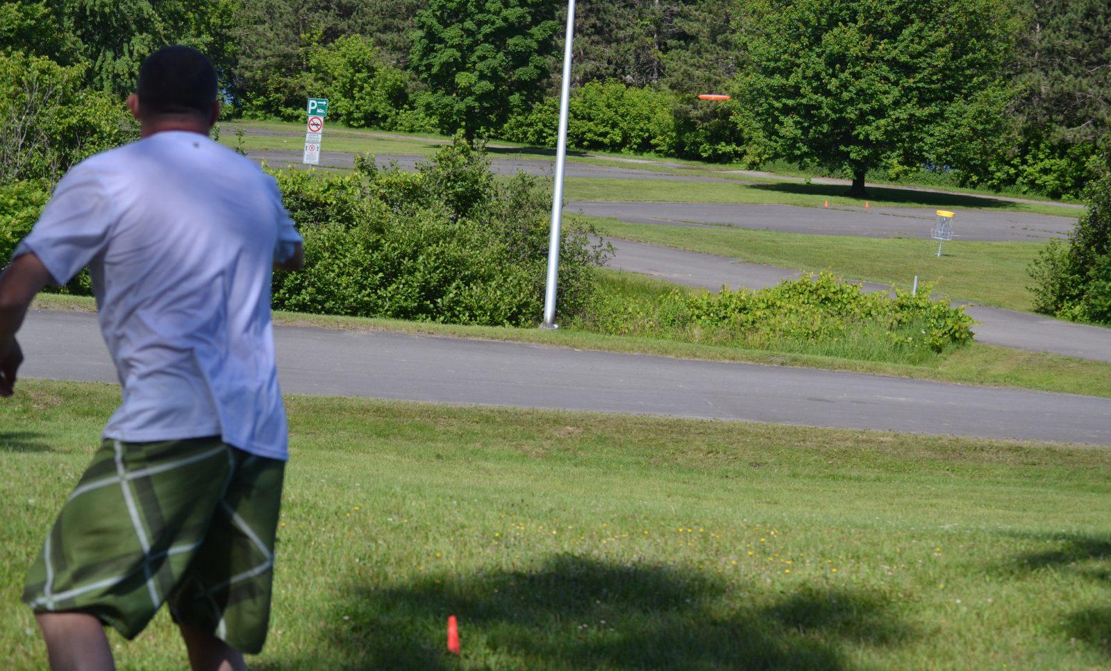 Disc golf : un parcours permanent au parc des Voltigeurs