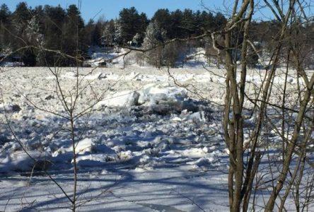 Le niveau de la rivière demeure élevé et sous surveillance