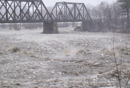 Le niveau d'eau de la rivière continue de baisser