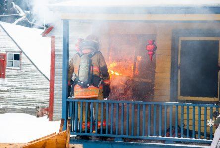 La maison de la commère en flammes au Village québécois d'antan (MISE À JOUR)