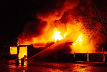 Le garage municipal de Notre-Dame-du-Bon-Conseil rasé par les flammes (photos et vidéo) MISE À JOUR