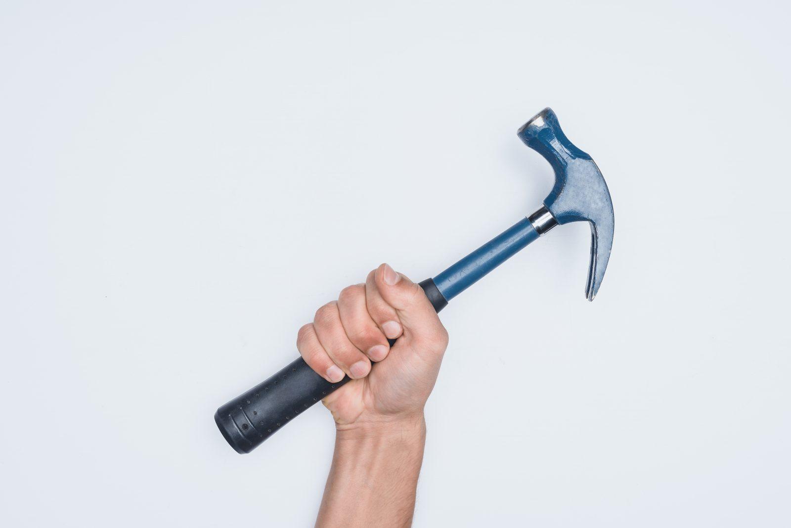 Il s'en prend à son propriétaire avec un marteau