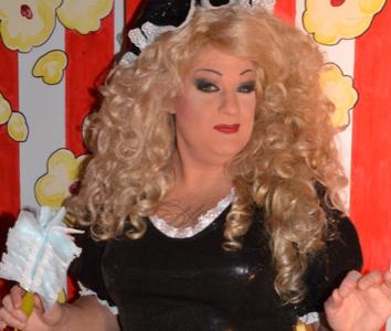 La drag-queen Madame Popcorn à la conquête du public