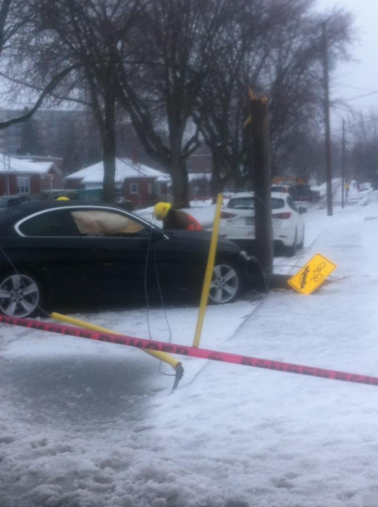 Auto versus poteau sur la rue Brock