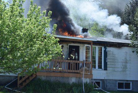 Une résidence est la proie des flammes à Saint-Cyrille (mise à jour)