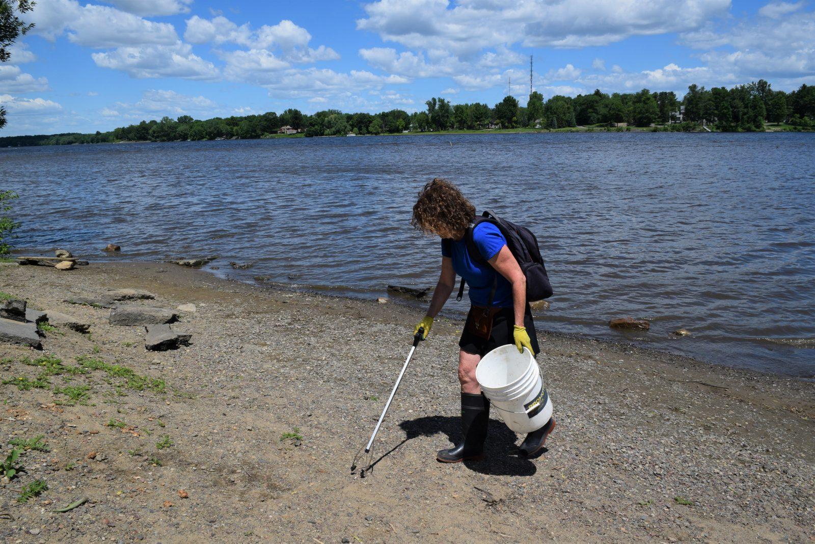 Des citoyens nettoient les berges de la rivière Saint-François