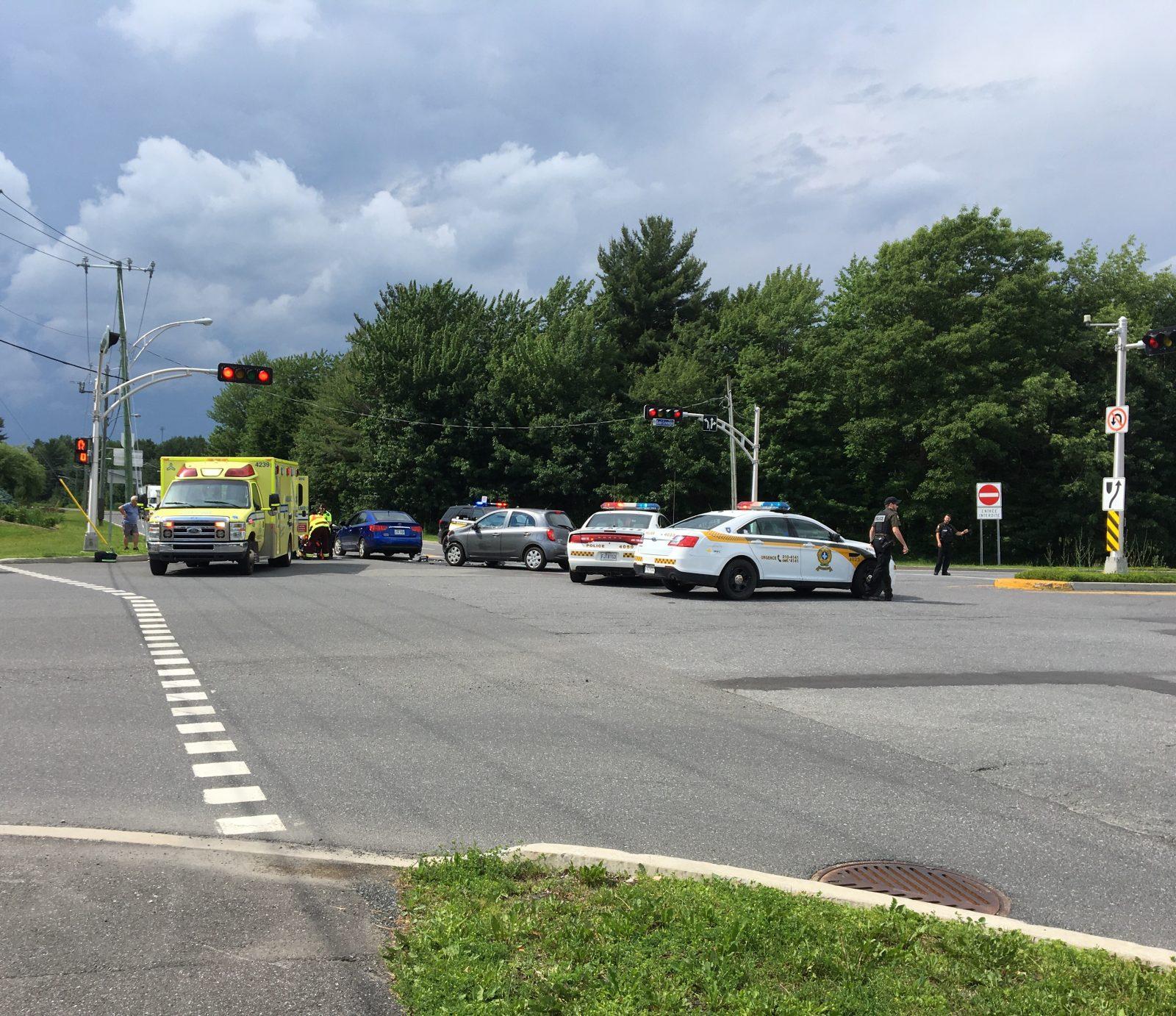 Deux voitures entrent en collision sur la rue Robert-Bernard