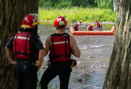 Les pompiers portent secours à un homme sur la rivière (vidéo)