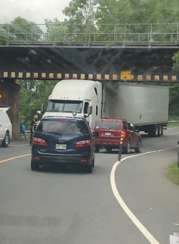 Un camion coincé sous le viaduc du chemin Hemming