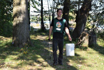 Chasse aux déchets près de la rivière Saint-François