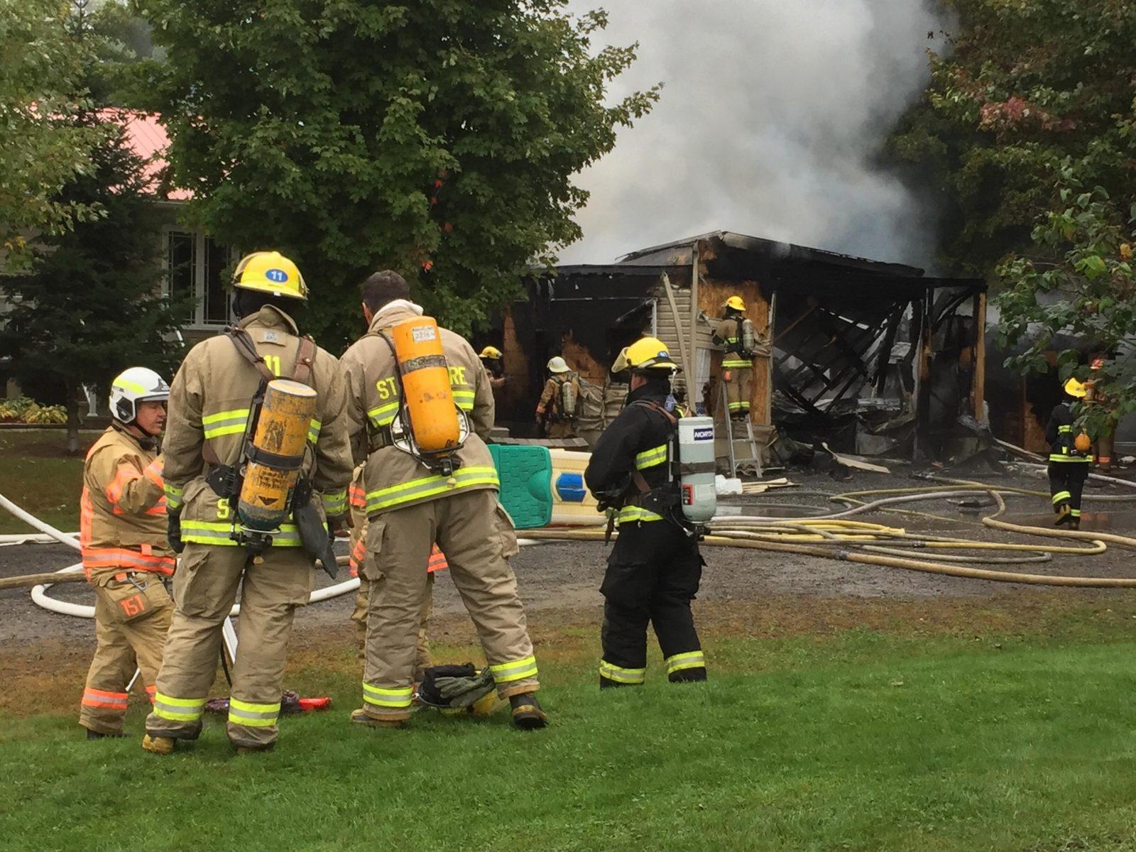 Un garage adjacent à une résidence en feu à Wickham