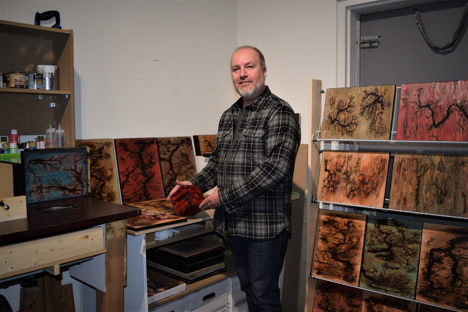Foudroyer des planches de bois, la passion artistique de Marco Bégin