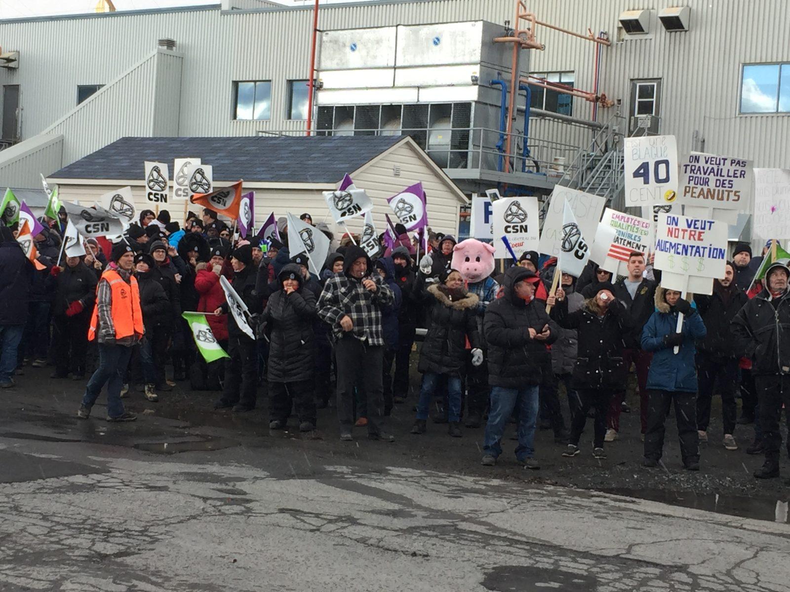 Des travailleurs d'Olymel de Princeville manifestent ici