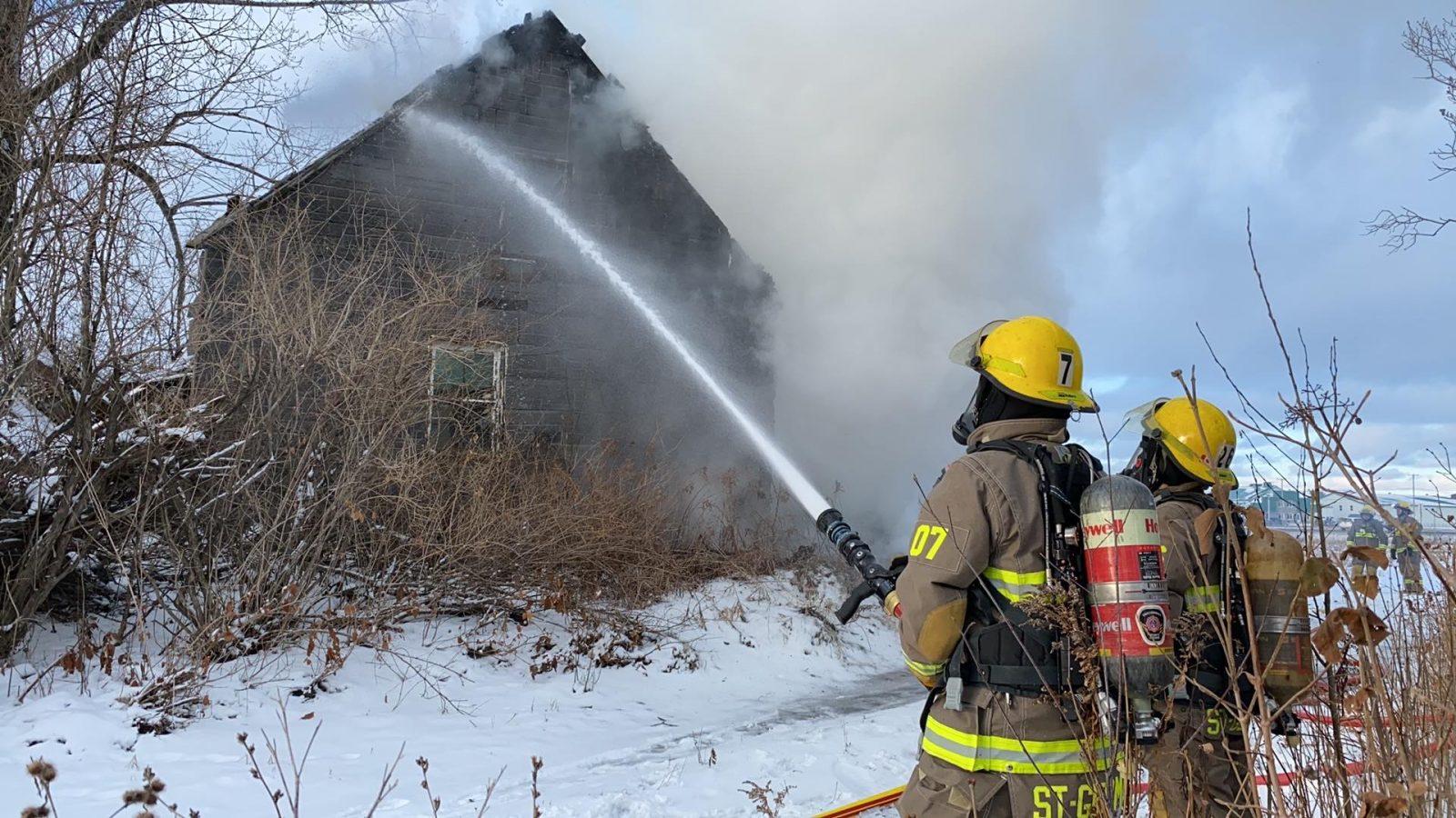 Un maison abandonnée en flammes à Saint-Germain