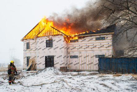 Une résidence lourdement endommagée par un incendie (photos et vidéo)
