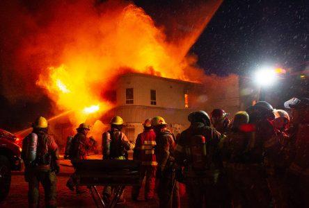 Un incendie d'une rare violence détruit Le Géant du pneu (photos et vidéo)