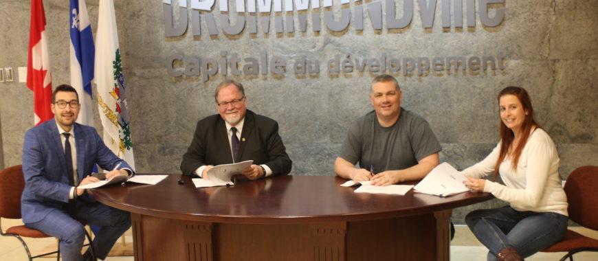 Drummondville signe la nouvelle convention collective avec les cols blancs