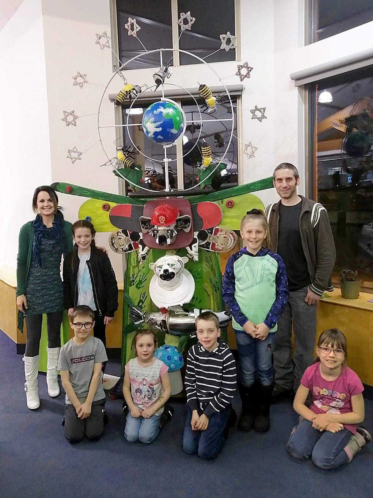 Des jeunes utilisent des objets recyclés et des rebuts pour créer une œuvre