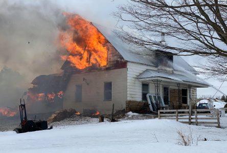Une maison en flamme à L'Avenir (photos et vidéo)