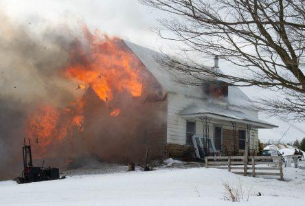 Une résidence de L'Avenir détruite par les flammes (photos et vidéo)