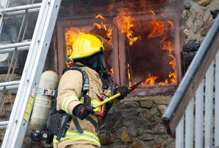 Des gens âgés à la rue à la suite d'un incendie (photos et vidéo)