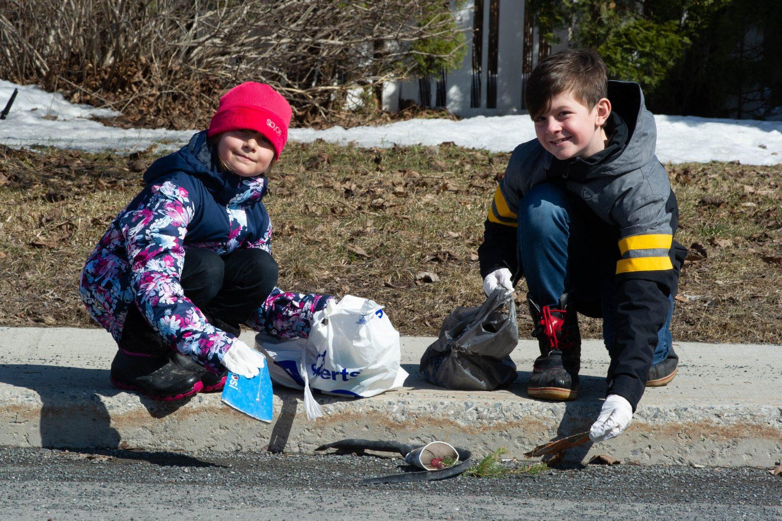 Une famille ramasse des déchets… pour passer le temps