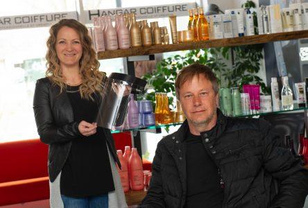 Prêts à accueillir leurs clients, les salons de coiffure devront encore attendre