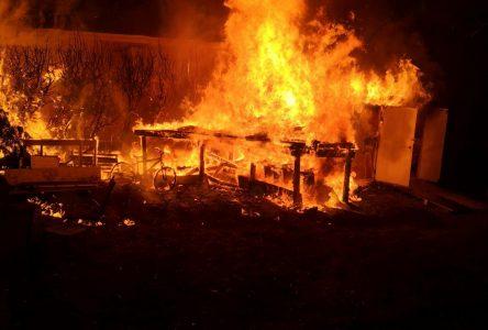 Un cabanon en feu provoque un autre incendie