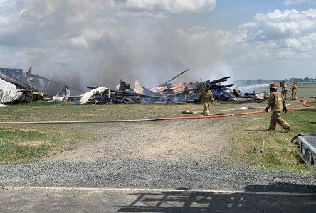 Un bâtiment agricole s'envole en fumée (vidéos)