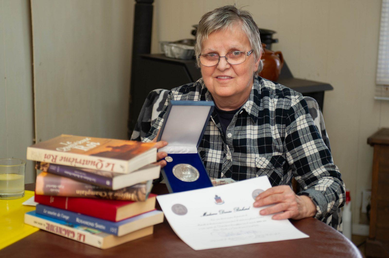 Depuis 35 ans, elle répare les livres endommagés à l'école Saint-Jean