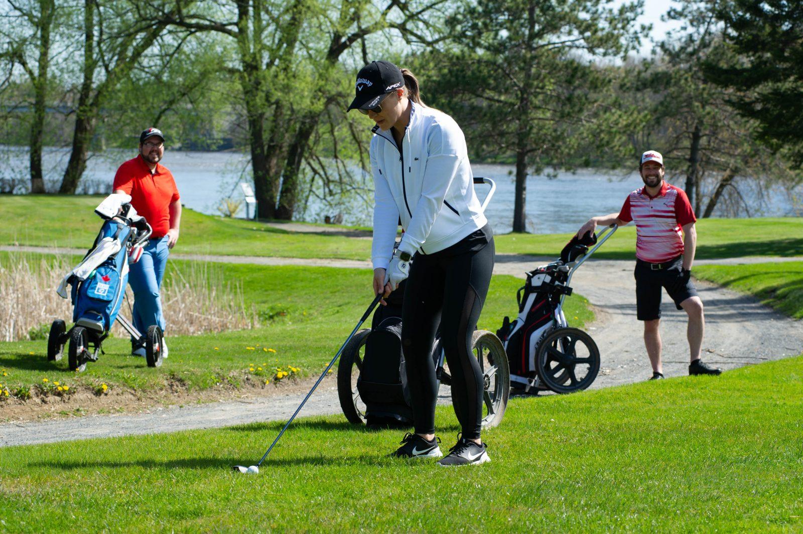 Les terrains de golf et de tennis pris d'assaut (photos)