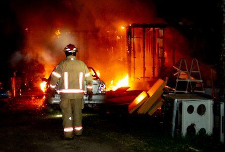 Un homme subit des brûlures dans un incendie (photos et vidéo)