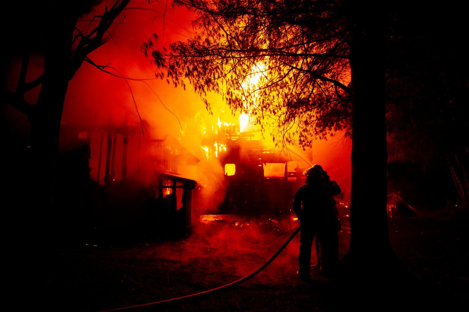 Un chalet réduit en cendres à Saint-Lucien (photos et vidéo)