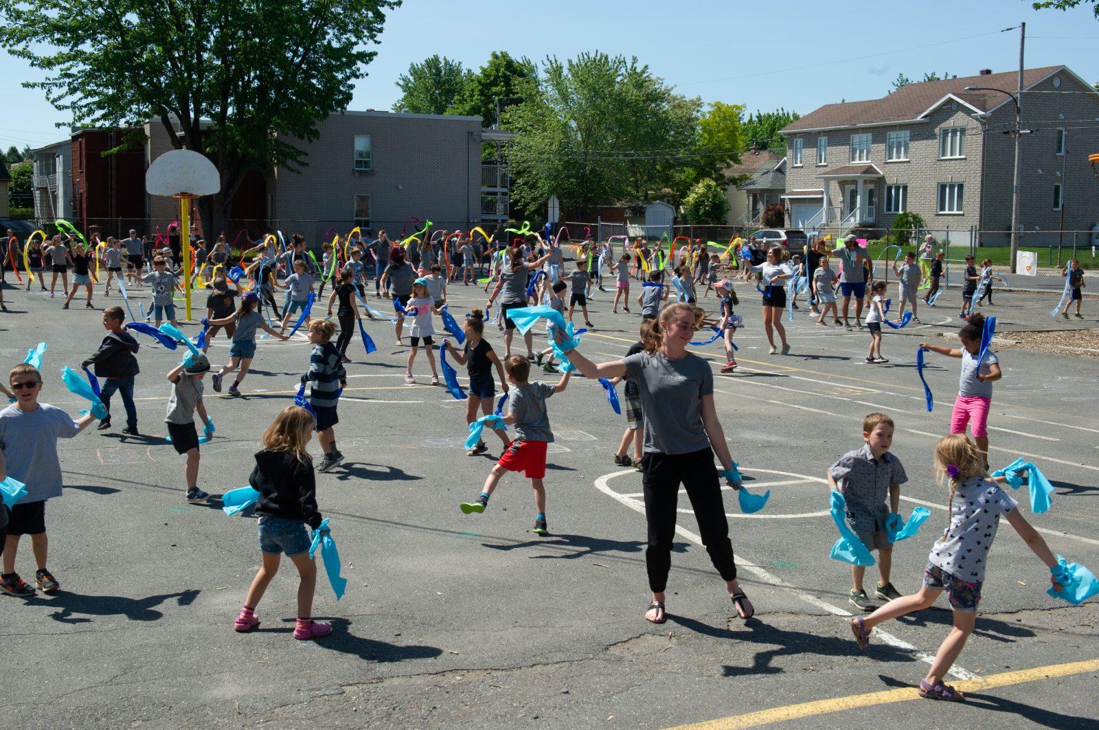 Une danse arc-en-ciel réalisée par 125 élèves (photos et vidéo)