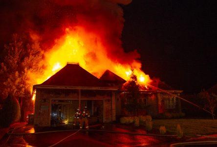 Une famille sans toit à la suite d'un violent incendie (photos et vidéo)