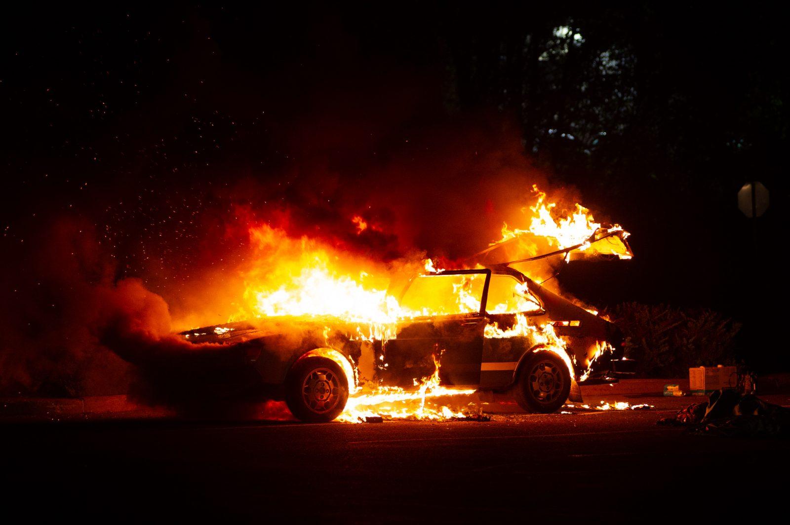 Une voiture flambe dans un stationnement (photos et vidéo)