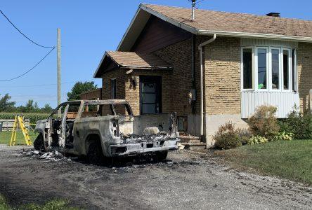 La SQ enquête sur un incendie de véhicule suspect