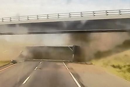 Accident sur l'autoroute 20 : Transports Québec inspecte une structure (vidéo)