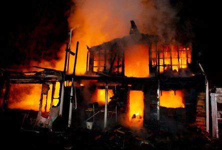 Une résidence détruite par les flammes  (photos et vidéo)