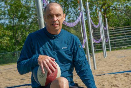 Il retourne à l'enseignement après un long combat contre le cancer