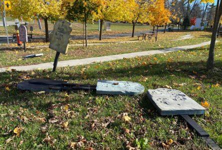 Des décorations d'Halloween vandalisées au parc Woodyatt