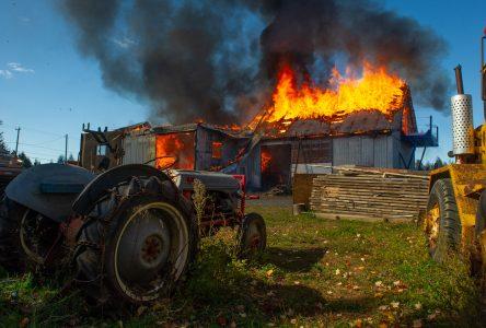 Un bâtiment commercial prend feu à Saint-Cyrille-de-Wendover (photos et vidéo)